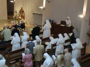 Petites Soeurs et résidents à la chapelle
