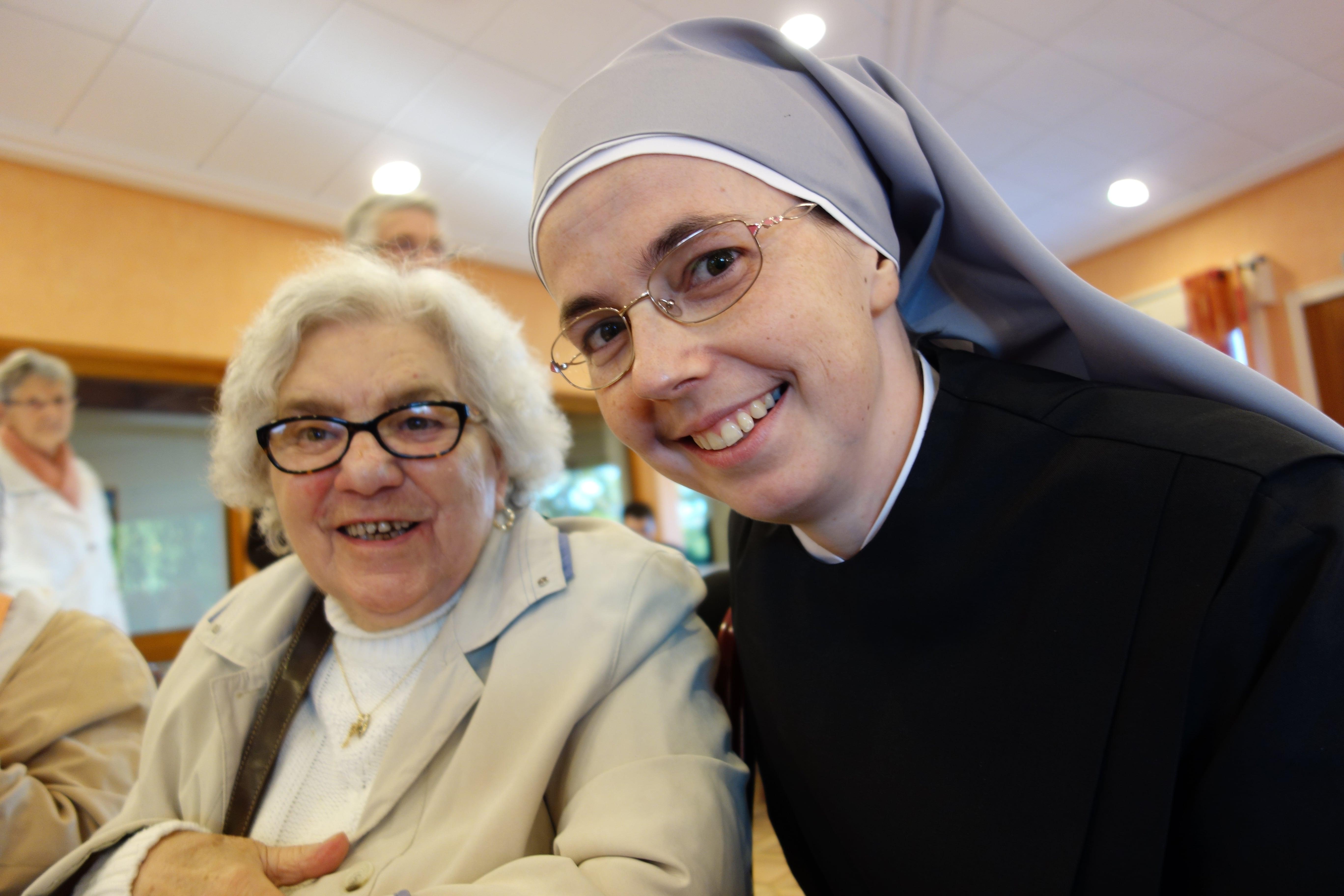 deux visages : une petite soeur et une personne âgée