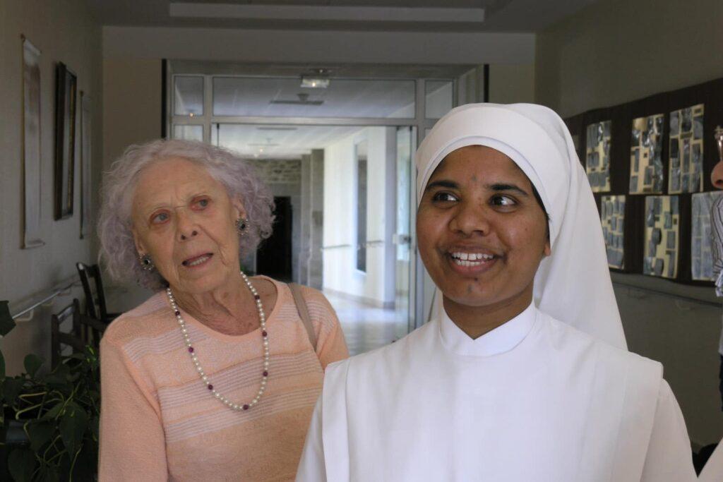 visages d'une petite soeur et d'une personne âgée