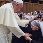 Pape François bénissant Sr Candide à Rome