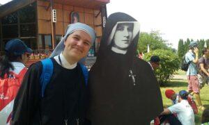 Petite Sœur Marie Céline à côté d'une image de Sainte Faustine