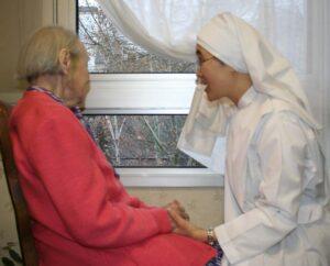 Petite soeur tenant les mains d'une résidente