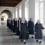 Petites soeurs en procession dans le grand couloir du noviciat