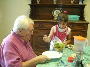 Petite fille servant un résident à table
