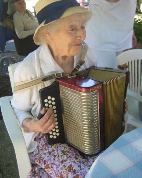 Une résidente jouant de l'accordéon