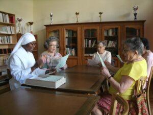 personnes âgées et petite soeur pour une répétition de chants