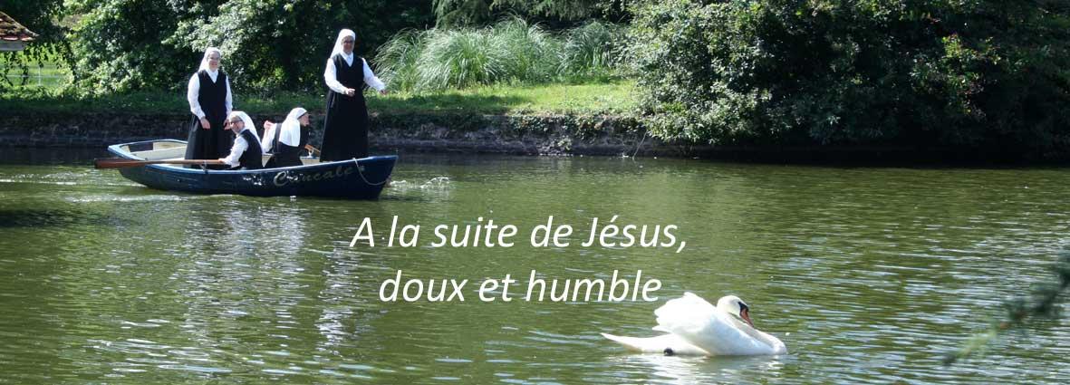 novices sur une barque sur les étangs de La Tour St Joseph