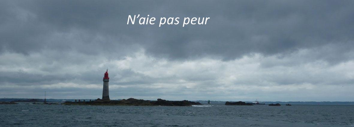 phare dans la mer