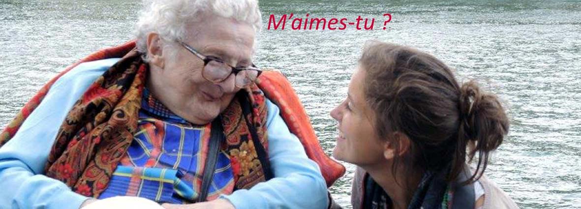 personne âgée regardant une jeune fille avec un beau sourire