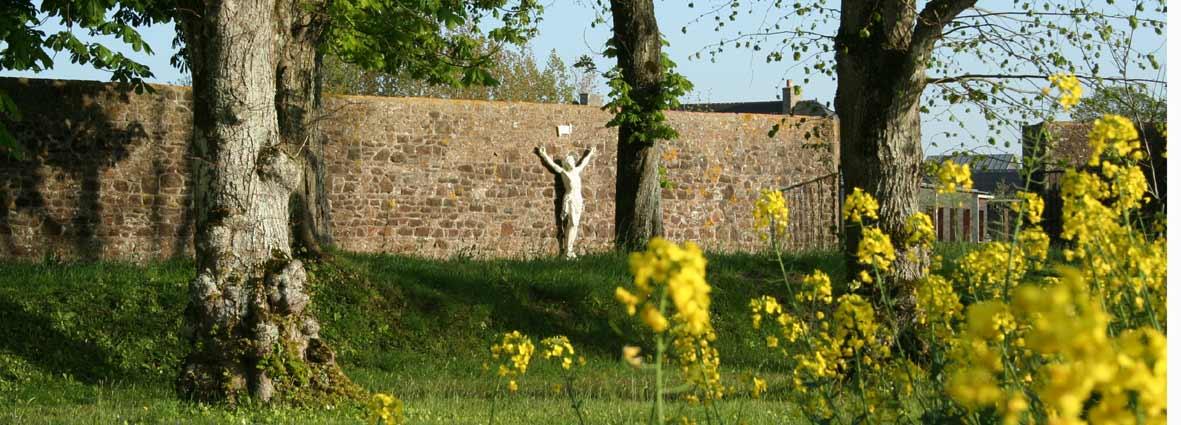 Crucifix dans le jardin