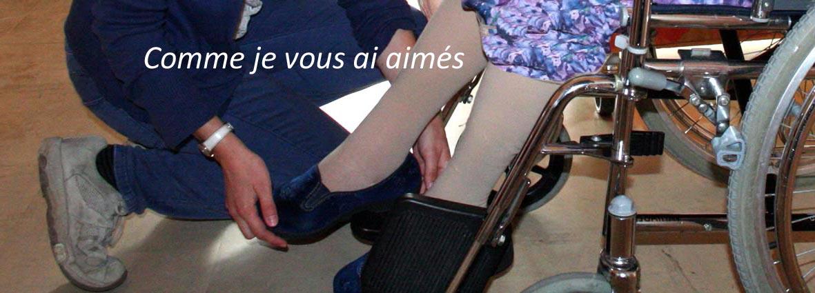 jeune remettant la chaussure d'une personne âgée