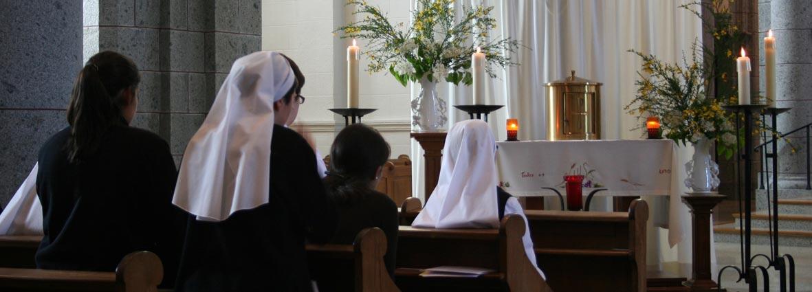 Petites Soeurs en prière