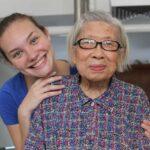 Jeune fille et une personne âgée