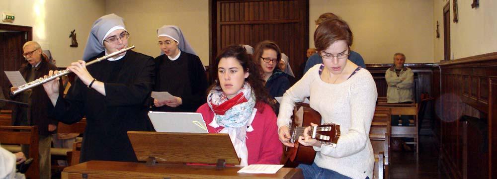 chorales avec instruments de jeunes filles et petites soeurs à la chapelle