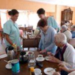 jeunes servant les personnes âgées