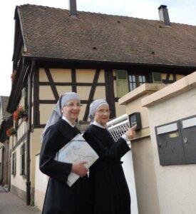 deux petites soeurs faisant la quête de porte en porte