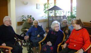 groupe de personnes âgées en discussion