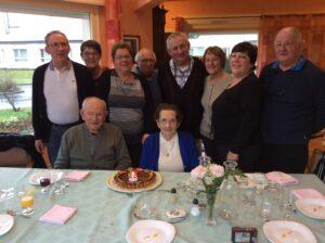 couple de personne âgée entouré de sa famille