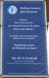 Une bâche posée sur les murs de ma Maison des Petites Soeurs des Pauvres de Lyon Croix-Rousse