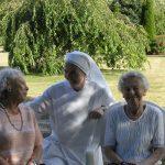 une petite soeur entourée de deux personnes âgées
