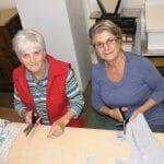 bénévoles faisant de la couture