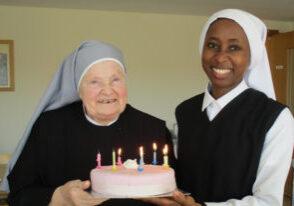 Une jeune novice avec une Petite Sœur de 80 ans